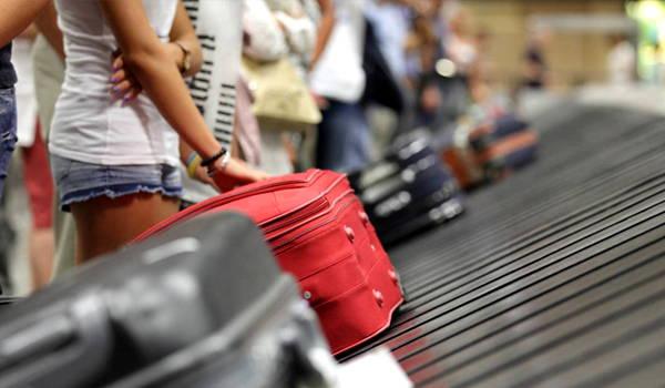 levantando equipaje aeropuerto