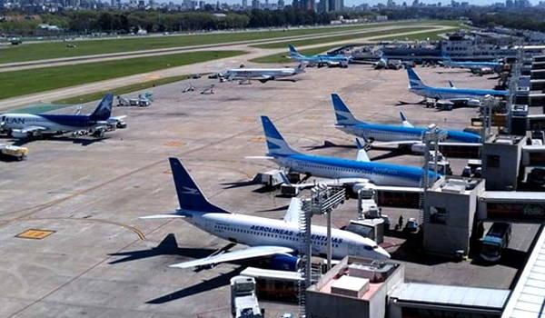 aviones en el aeropuerto internacional de carrasco