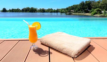 piscina del hotel hampton by hilton en montevideo